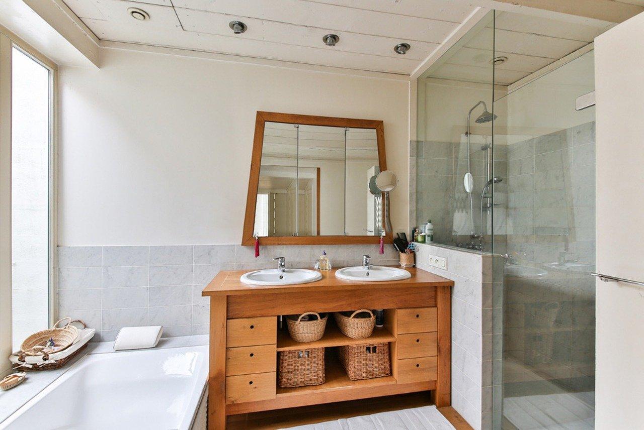 Łazienka z lustremi kabiną prysznicową